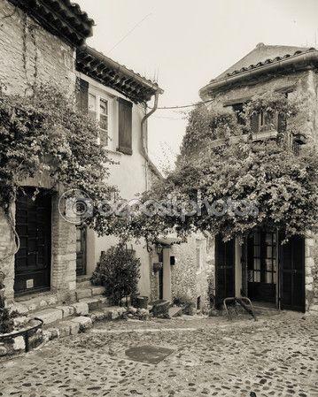 Узкой мощеной улице в Старом городе Франции — Стоковое изображение #82956868