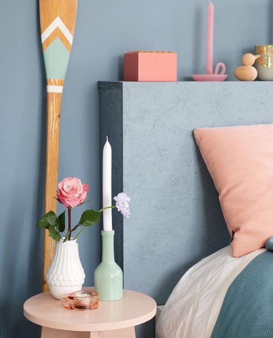 Kleurtrend: Denim Drift samen met Peach bloemen en pastel accessoires