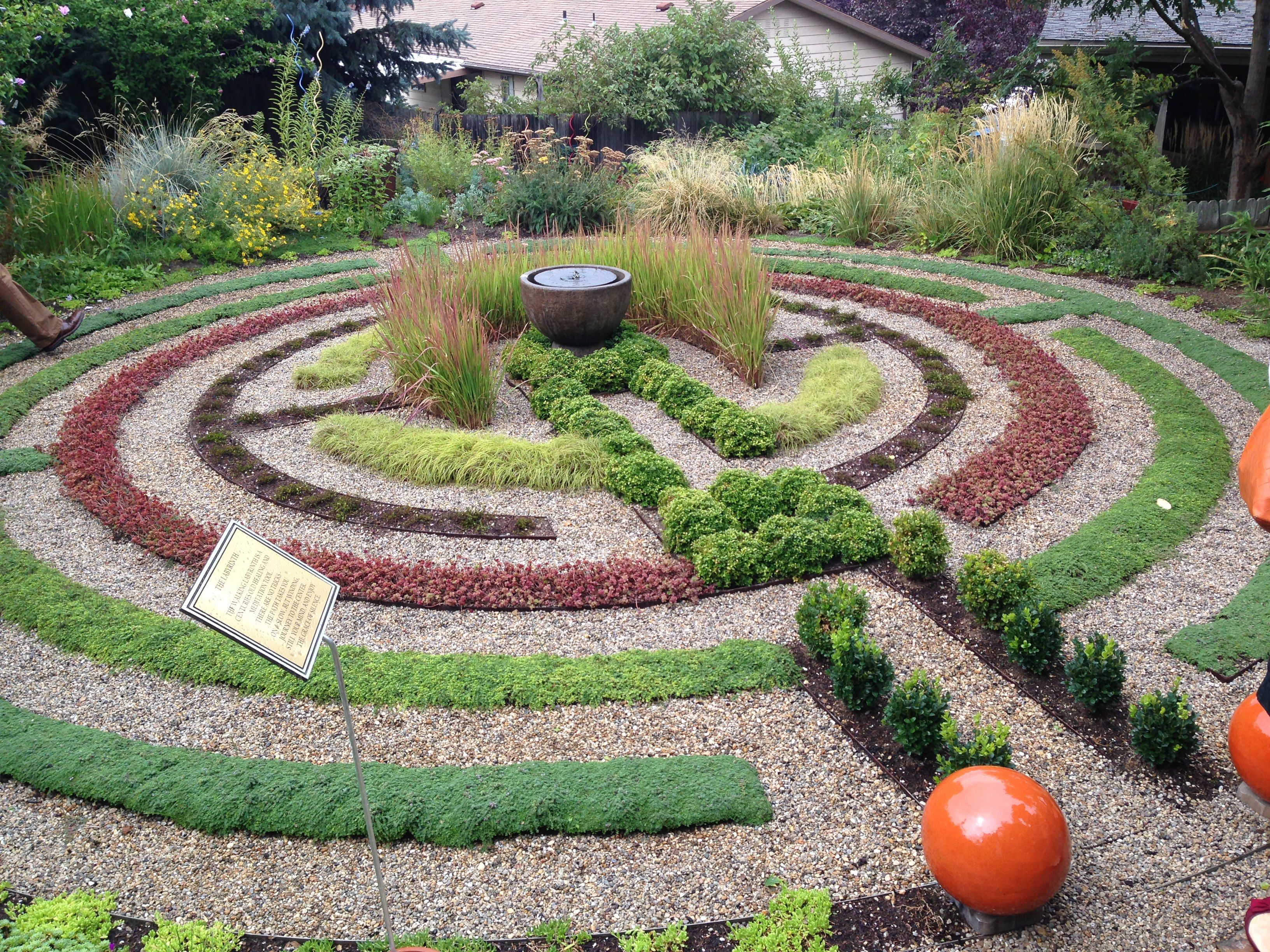 Make your own labyrinth using pea gravel and succulents for Design your own back garden