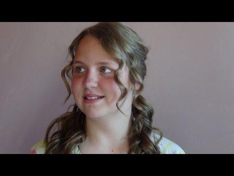 Esse penteado é super fácil fazer e muito feminino. Se você tiver o cabelo naturalmente cacheado, melhor! Confira.
