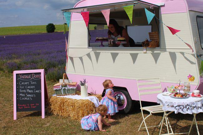 caravan raam rijdend restaurant mobiele snackwagen winkel shop festivals trouw Vintage Dotty - thee & taart caravan