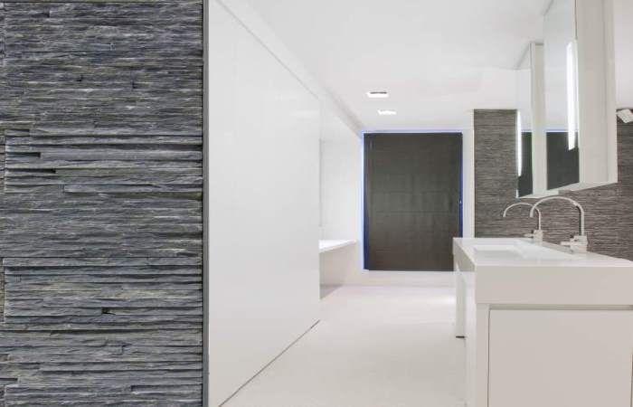 Natuursteen Wand Badkamer : Moderne badkamer met natuurstenen wand op maat gemaakt door artimar