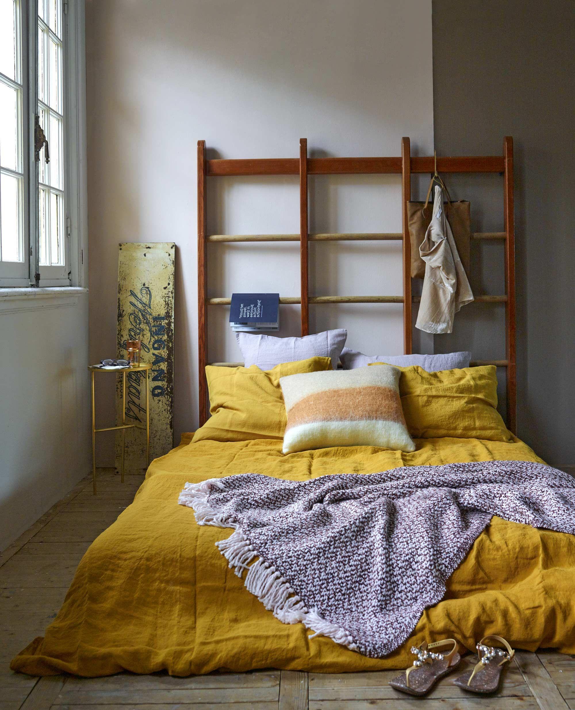 Bohemian slaapkamer met geel dekbedovertrek bohemian bedroom with yellow duvet cover Bron vtwonen 01 2016 Fotografie Tjitske van Leeuwen