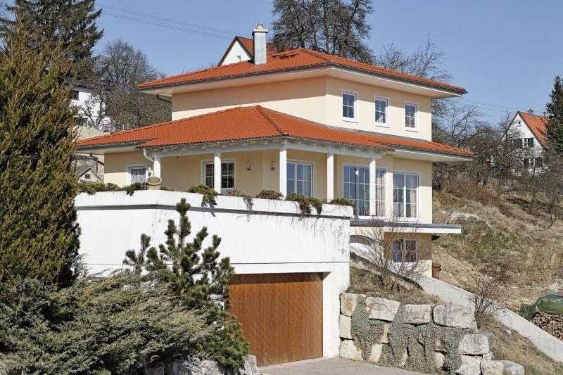 Sprossenfenster stadtvilla  Die gelbe Stadtvilla mit weißen Sprossenfenstern bezaubert mit ...