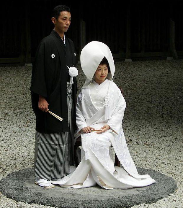 Au Japon, les mariés sont vêtus de kimonos