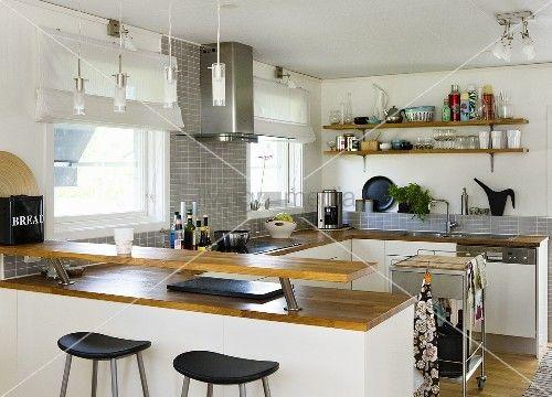 Offene Küche - Theke und Ablage mit Holzarbeitsplatte auf weissen ...