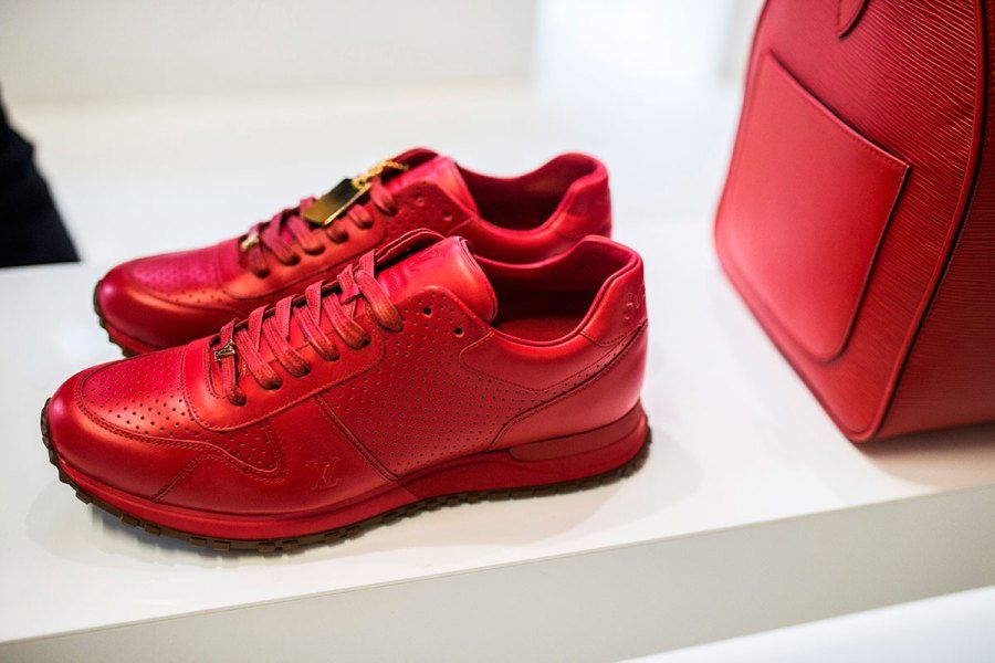 Louis Vuitton X Supreme red sneaker Louis Vuitton lança sua parceria com a  Supreme e o mundo da moda masculina pira – O Cara Fashion 9863f43a24195