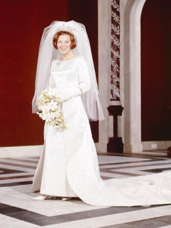 Konigin Beatrix Der Niederlande Heiratete Am 10 Marz 1966 Den Deutschen Diplomaten Claus Vom Amsberg Mit Bildern Konigliche Hochzeitskleider Royale Hochzeiten