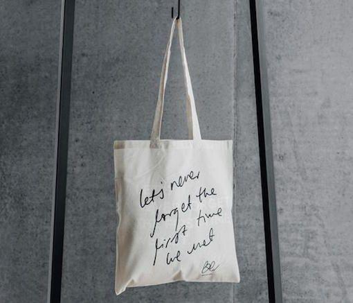 """Tuunaus vinkki kangaskassi Suomalaisen BEdesignin kauniilla """"Let's Never Forget The First Time We Met"""" tekstillä varustettu kangaskassi on valmistettu puuvillasta. Kangaskassi on ihana ja ekologinen lahja!   Materiaali: 100% puuvilla Väri: luonnonvalkoinen pohja, musta painatus Koko: 38 x 41 cm"""