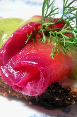 Herkkusuun lautasella-Ruokablogi: Punajuurilohi vihreällä hovimestarikastikkeella