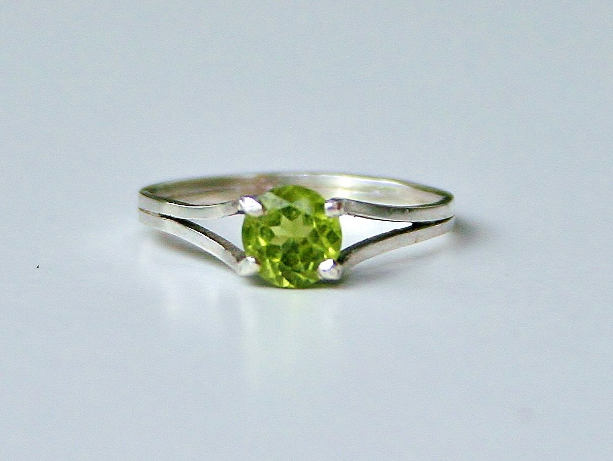 Peridot and White Gold Ring Floating Stone ring by Beatriz Fortes - pinned by pin4etsy.com