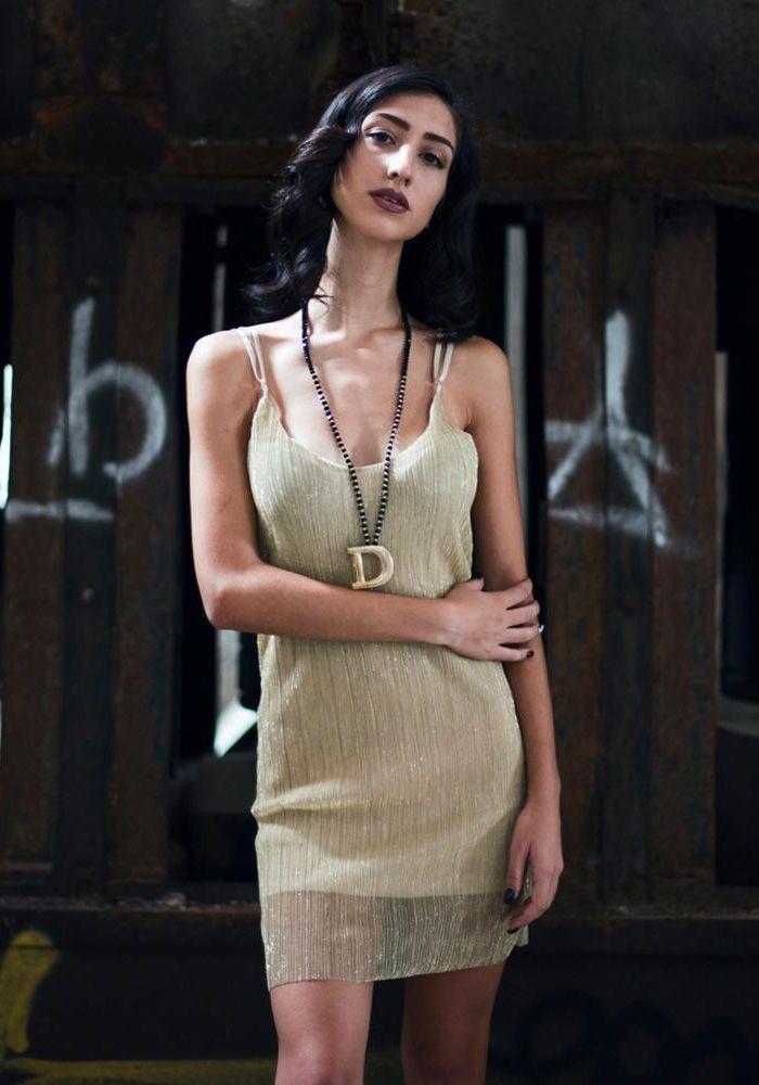 8d9b20826d08 Φόρεμα mini με ραντάκι και ντεκολτέ. Είναι μεταλιζέ πλισέ με ενσωματωμένο  ύφασμα και ανοιχτή πλάτη. Είναι ένα trendy φόρεμα που μπορεί να φορεθεί με  ψηλό η ...