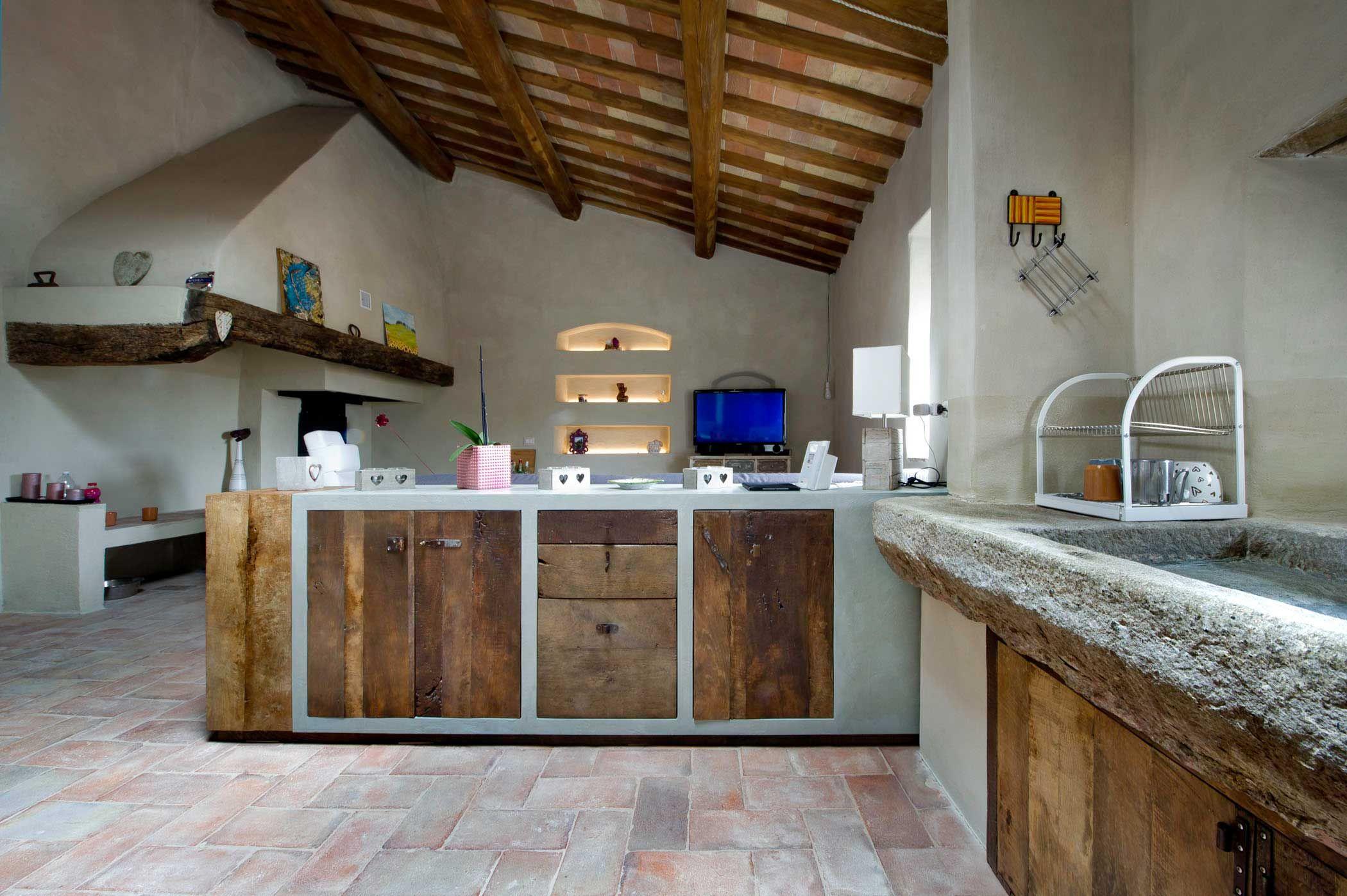 Cucina in muratura con ante in castagno vintage antico bruciato ...