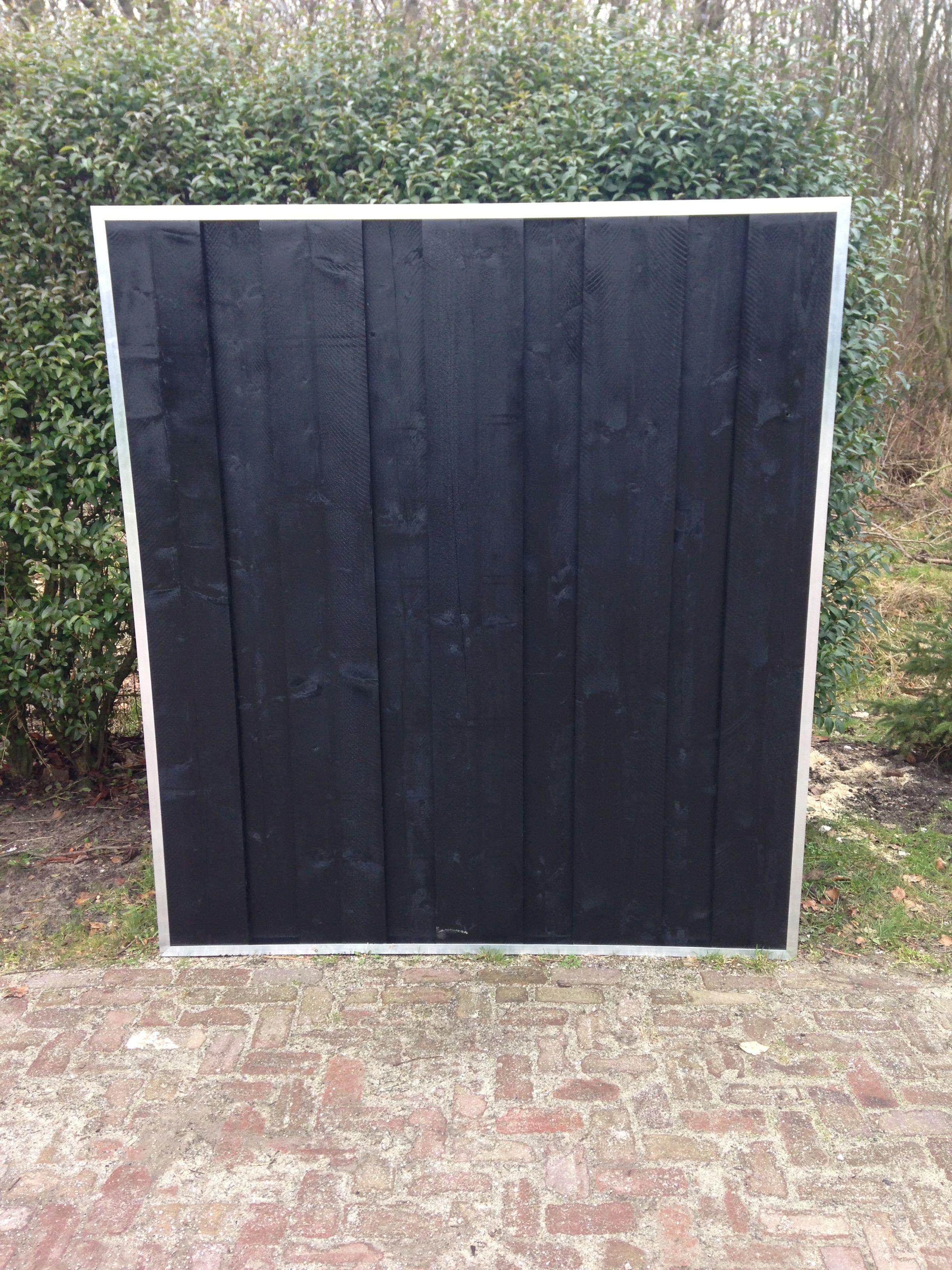 Luxe tuinscherm van rustiek zwarte planken in aluminium frame tuinschermen moodboard - Planken zwarte ...