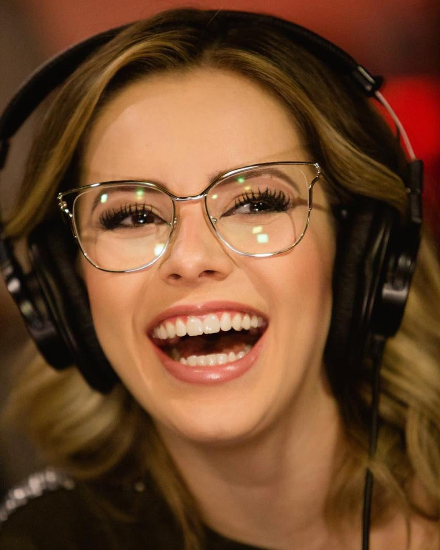 ac5ec0915e9b8  sandyoficial com o óculos Prada PR54UV ZVN1O Sextoooooou!!!! Alegria de  quem vai lançar episódio