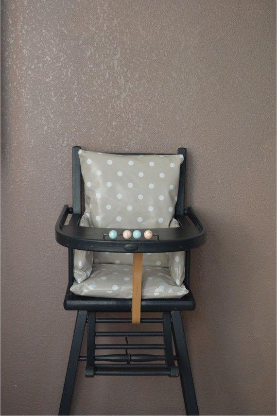 coussin de chaise haute pois toil e cir e taupe combelle d coration chambre enfant. Black Bedroom Furniture Sets. Home Design Ideas