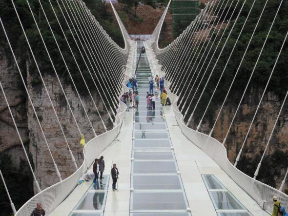 En China al puente de cristal más largo del mundo  le dieron mas de 150 mazazos antes de ser estrenado para garantizar la seguridad de los visitantes.