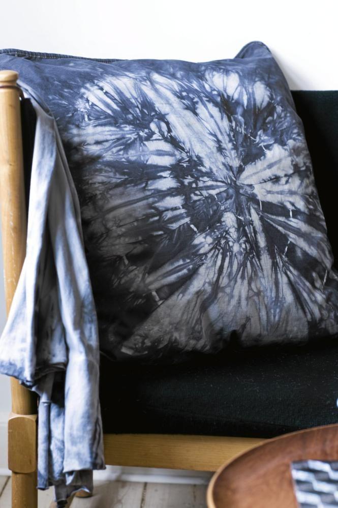 En batikkpute gjør seg godt i selskap med andre stueputer. Her er det brukt ringteknikk. Dersom du ikke ønsker at fargen skal være for mørk kan du helle mindre farge i vannet, og dermed få en lysere farge.