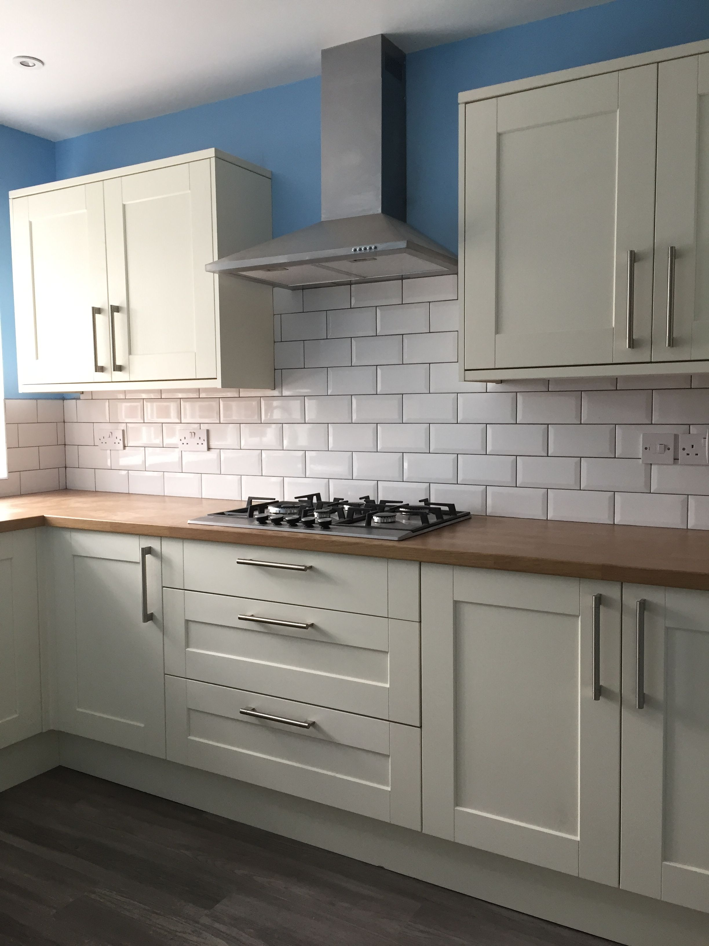 Howdens Fairford Antique White With Oak Affect Worktop Antique White Kitchen Howdens Kitchens Kitchen Design