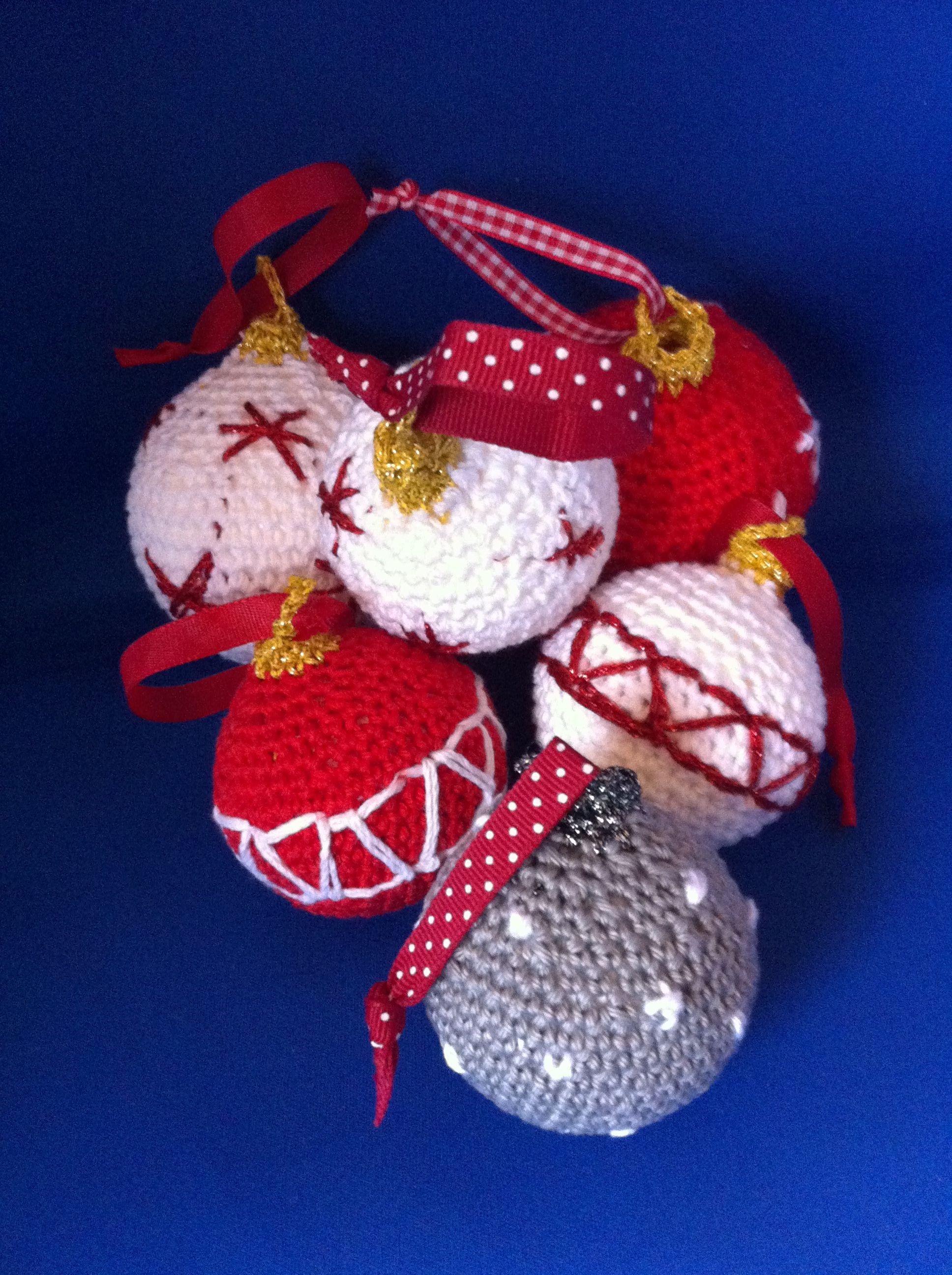 Paar kerstballen gehaakt om een bal van piepschuim.