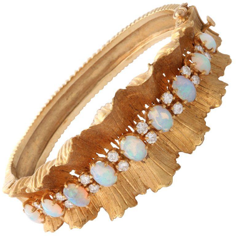 Gold Diamond & Opal Bracelet. 18k floral bracelet 60.5 grams,16 diamonds 1.00,9 opals 2.00 carats.  USA Ca. 1940s #opalsaustralia