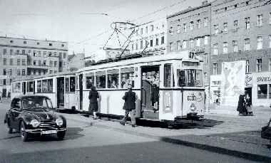 1952 Eine Strassenbahn der Linie 47 haelt auf der Fahrt von Pankow nach Rudow auf dem Hermannplatz
