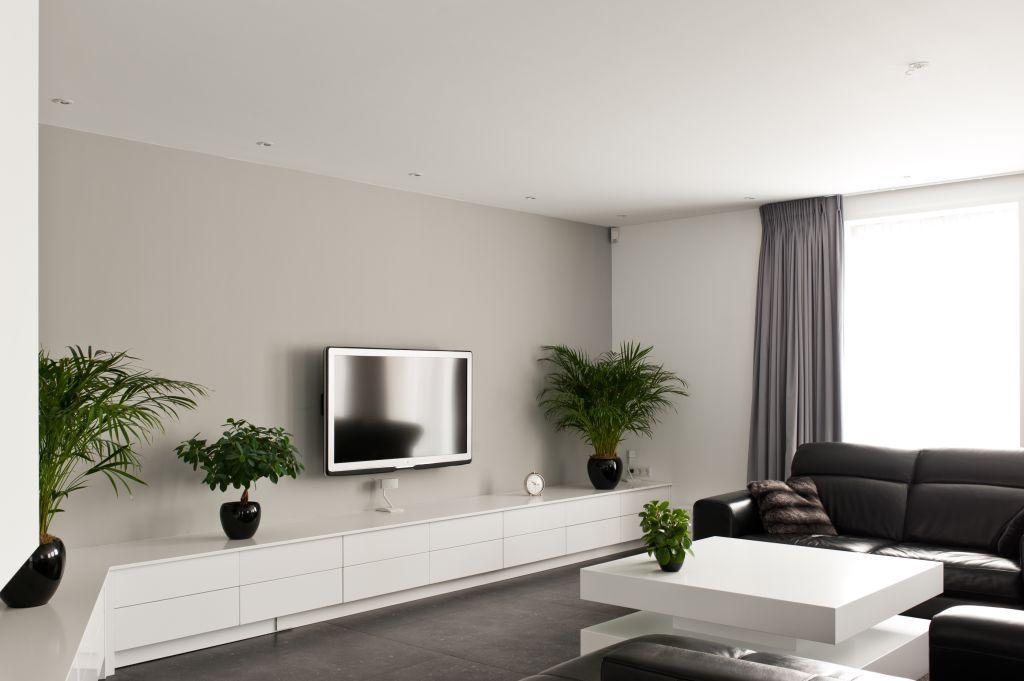 Een modern en strak interieur, met kastenwand, eettafel, salontafel ...