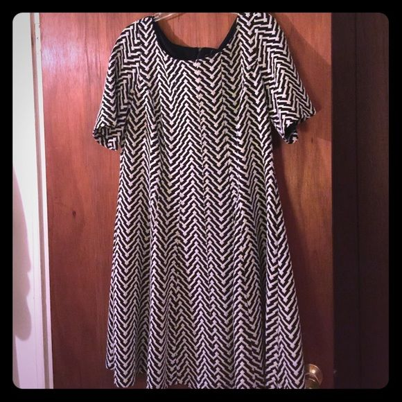 Super cute chevron dress This dress looks adorable with a belt and black booties. Unfortunately it's too big for me now. Such a cute dress! This is a 14W Taylor Dresses Dresses
