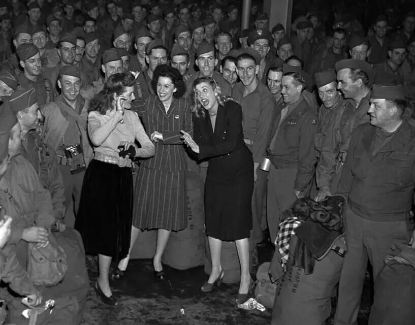 Andrew Sisters welcoming back soldiers on the New York Pier in 1945