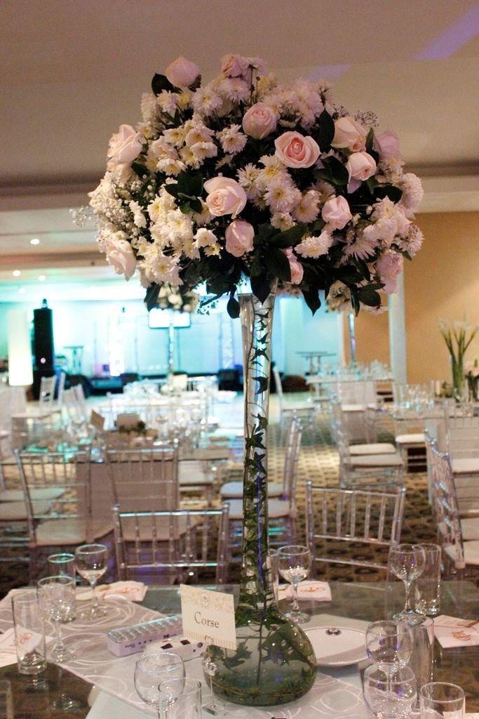 Centro de mesa alto con topiario elegante de rosas blancas for Ramas blancas decoracion