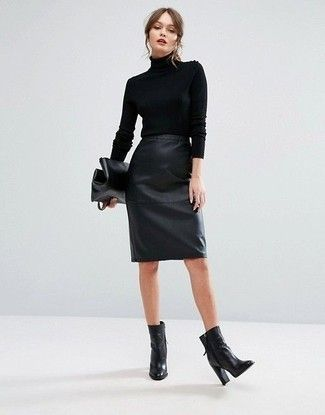 Wie zu tragen: schwarzer Rollkragenpullover, schwarzer Bleistiftrock aus Leder, Stiefel…