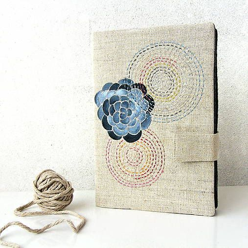 ...zápisník A5s ručne vyšívaným a maľovanýmprebalom z režného plátna - ľan a bavlna v pomere asi 50:50. Motív je maľovaný kvalitnými farbami na textil zafixovanými maximálne vyso...