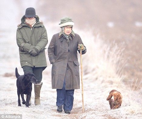 Queen S Hat Trick To Keep Out The Cold As Mercury Plunges To 5c Queen And Prince Phillip Her Majesty The Queen Queen Elizabeth