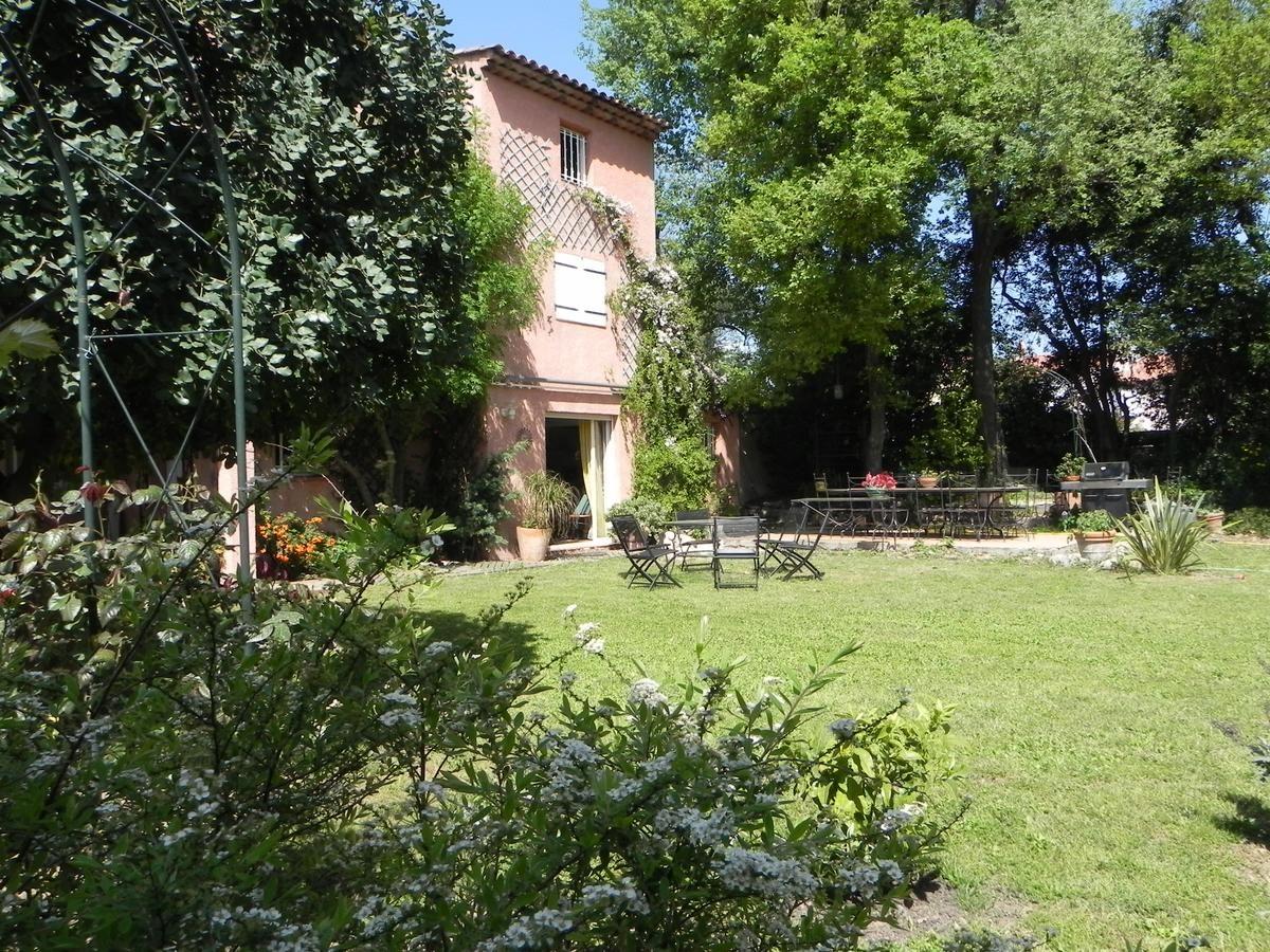 Le Clos Des Vignes Chambres D Hotes A Saint Raphael Sur La Cote D Azur En 2020 Saint Raphael Maison D Hotes Exterieur De La Maison