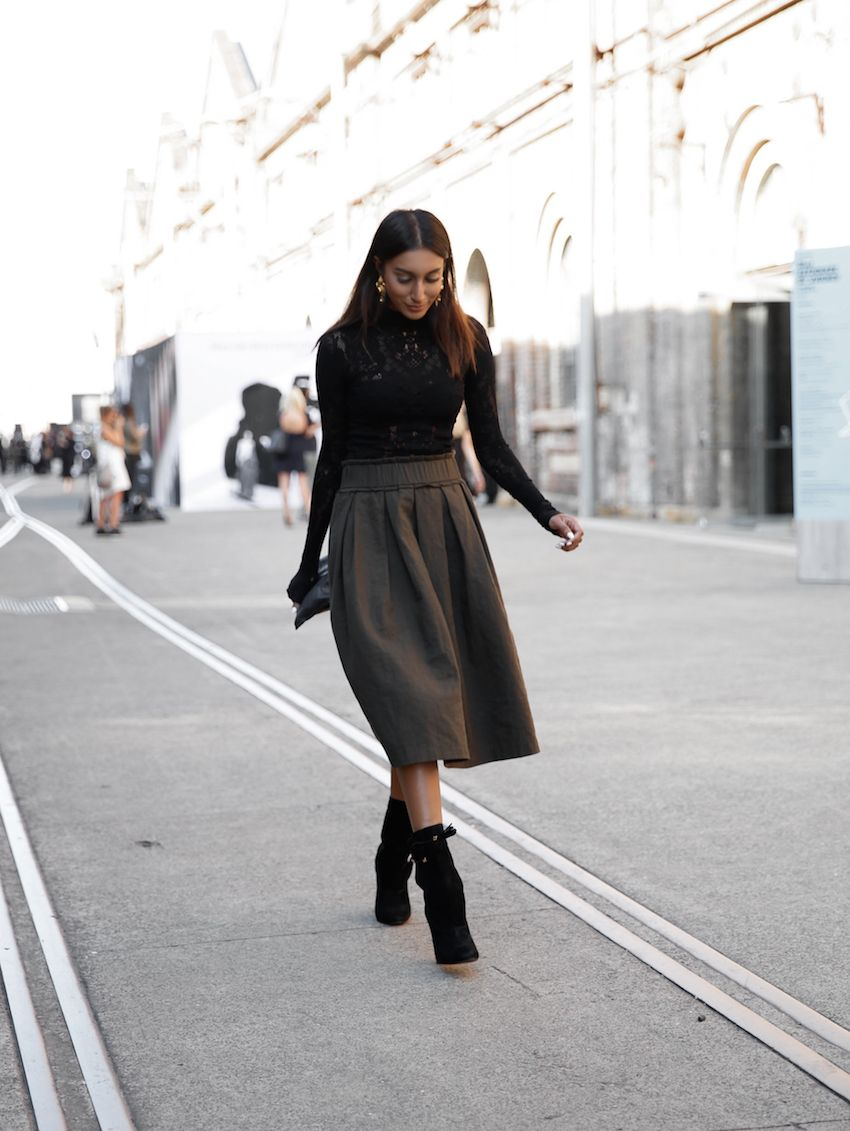 A midi skirt like this one worn by Vydia Rishie will automatically afford you a sophisticated spring style. Paired with a simple black turtleneck, this look will always be a winner! Top: S.Wallis, Skirt: Morrison, Boots: Kookai.