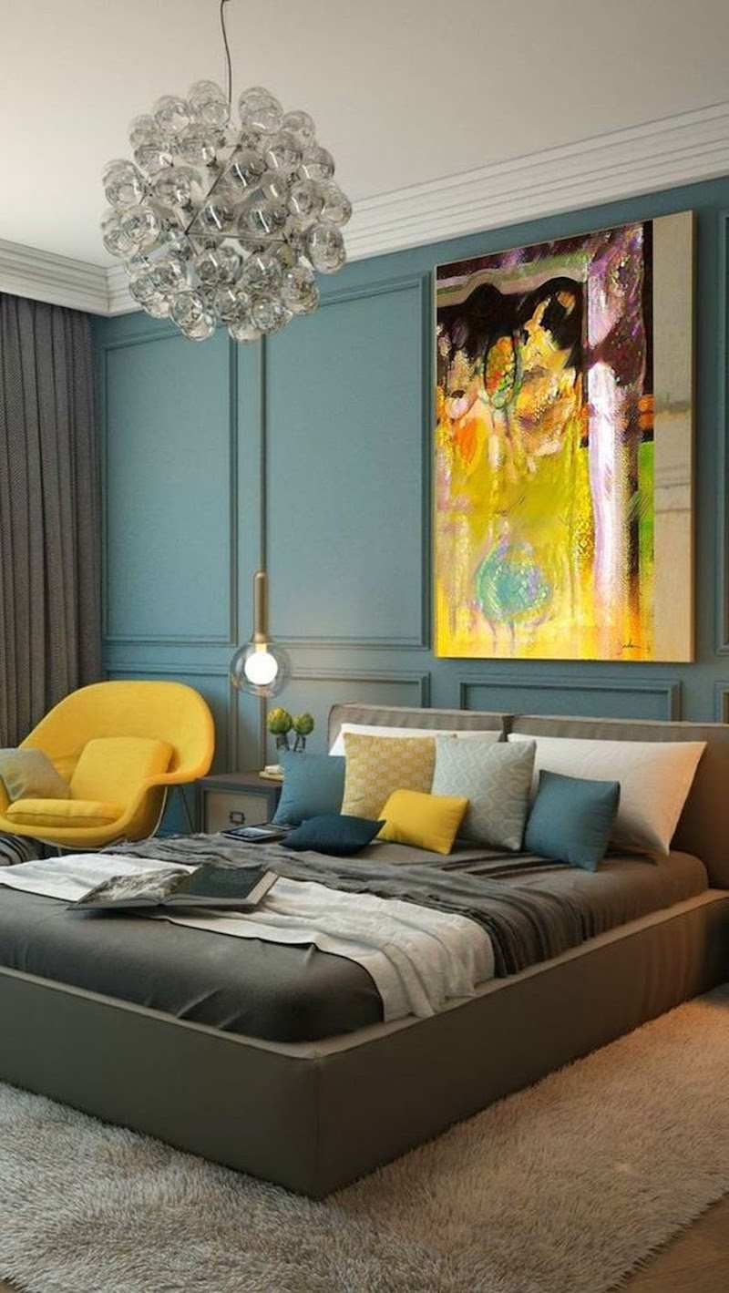 Agreable Moulures Murales Bleu Gris, Grand Lit Taupe Et Touches Décoratives Jaunes