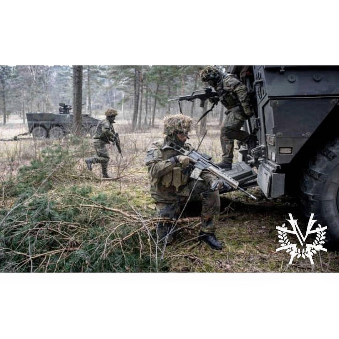 Soldaten Der Jägertruppe Bilden Abgesessen Eine Rundumsicherung