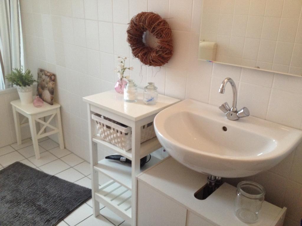 ordinary weises badezimmer dekorieren #1: Weißes Badezimmer mit weißem Beistelltisch für Dekoration und Stauraum  #wohnenamhafen #Hamburg