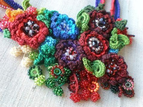 Ranunculus Hebecarpus... FreeForm Crochet con cuentas collar