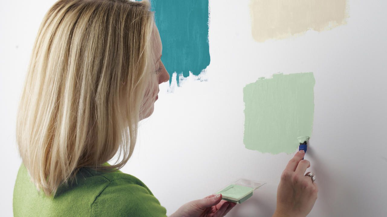Probando muestras de pintura verde en la pared para elegir for Muestras de colores de pintura