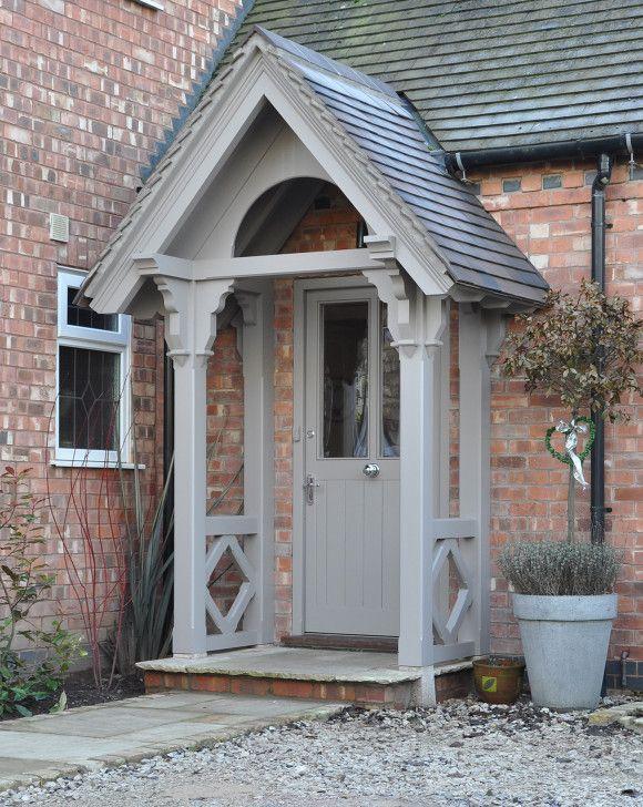 Haustür holz grau  Britische Haustür mit traditioneller Vordach-Konstruktion aus Holz ...