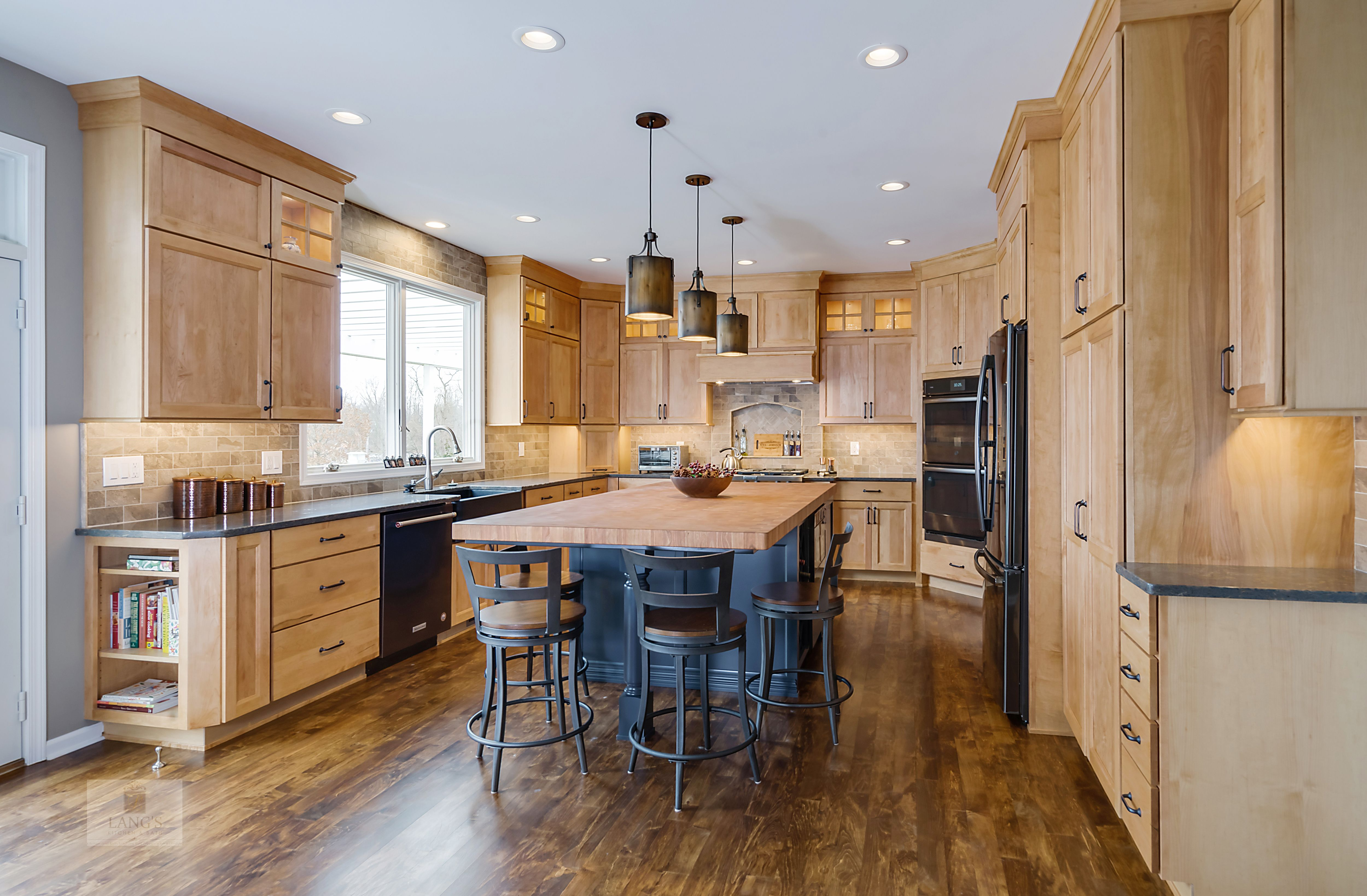 This Amazing Traditional Kitchen Design In Yardley Pa Incorporates Medium Wood Fini Eclectic Kitchen Design Popular Kitchen Designs Kitchen Inspiration Design