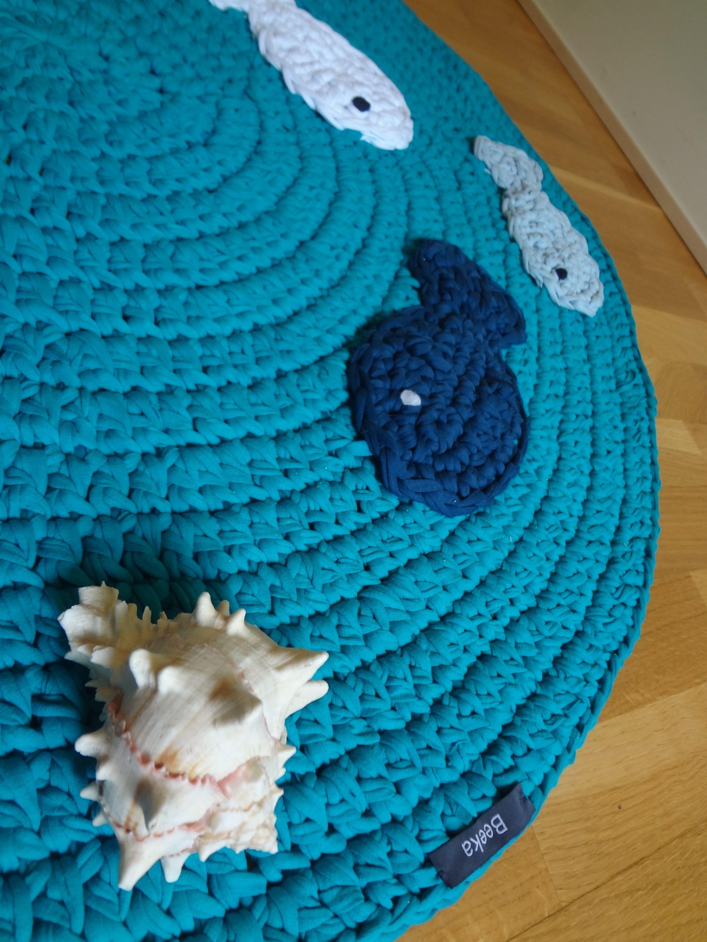 Alfombra de trapillo, inspirada en el mar, está decorada con