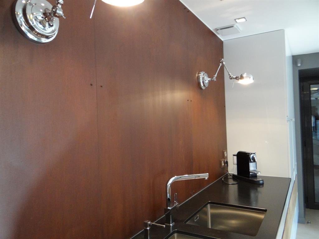 Gros plan sur la cr dence design en acier rouill id e for Protection cuisine mur
