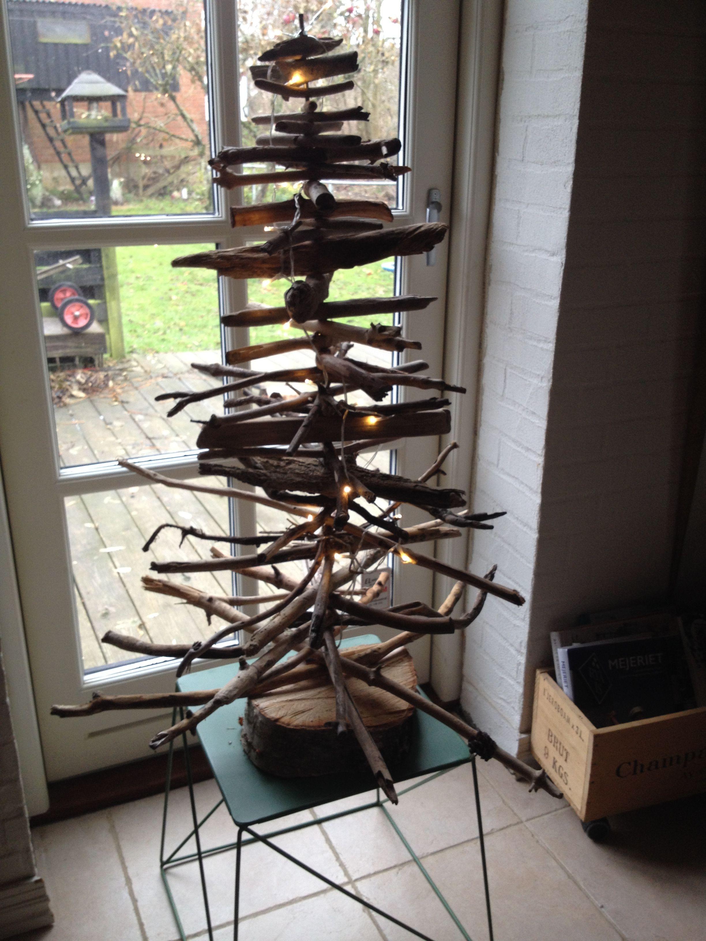 juletræ lavet af små pinde samlet på standen :)