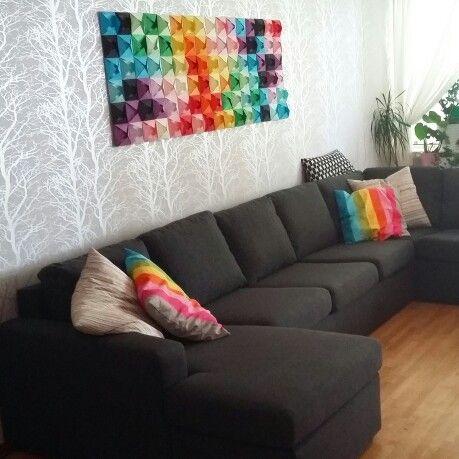 Vardagsrummet med en tavla av vikta pappersark