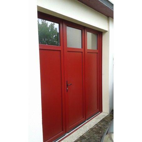 Porte De Garage Battante 3 Vantaux Couleur Rouge Fonce Avec Hublots Rectangulaires En Partie Haute Porte Garage Amenagement Maison Garage