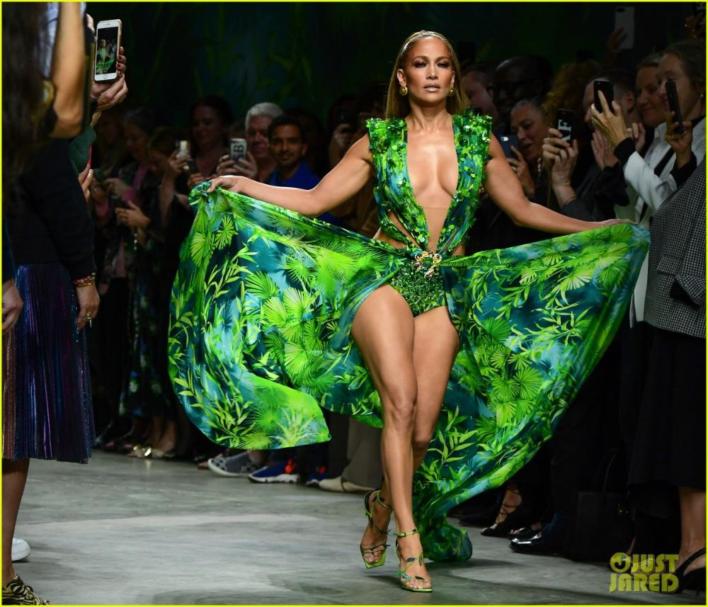 Versace Replica Of Her Iconic Green Dress At Versace Milan Fashion Week 2019 Jennifer Lopez Green Dress Fashion Jennifer Lopez Versace Dress [ 857 x 1000 Pixel ]
