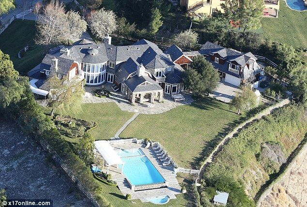 Jessica simpson moves into the osbourne 39 s former mansion for Average square footage of a swimming pool