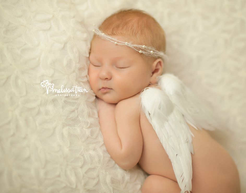 Newbron baby photo with angel wings and pearl